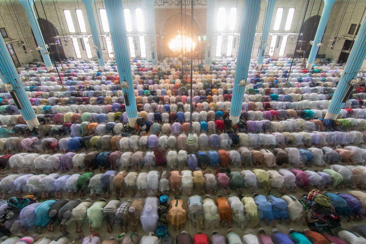 Foto de fieles musulmanes orando en una mezquita