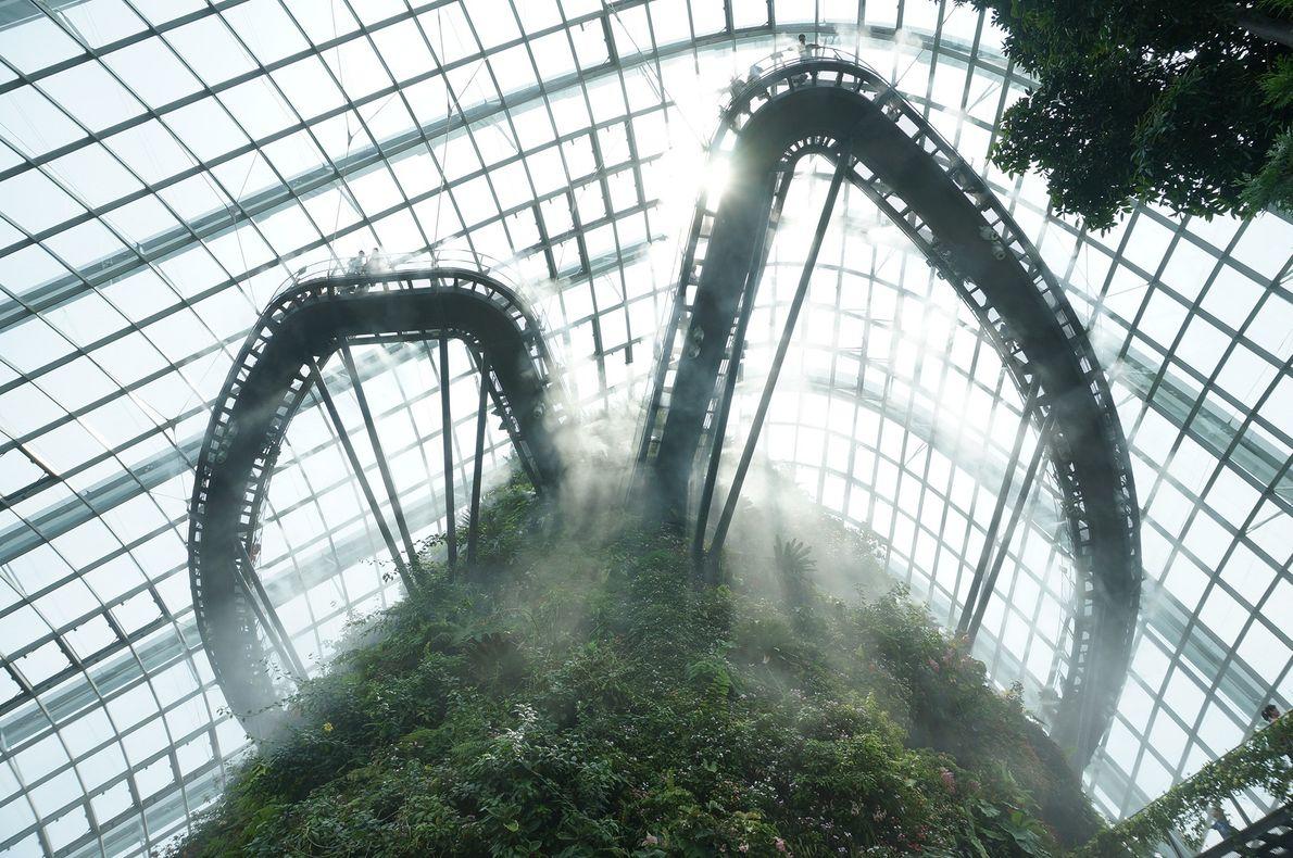 Imagen de una pasarela en una montaña artificial en las nubes
