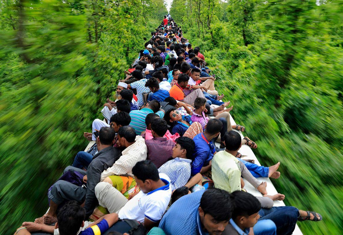 Imagen de personas sobre el techo de un tren en Bangladesh