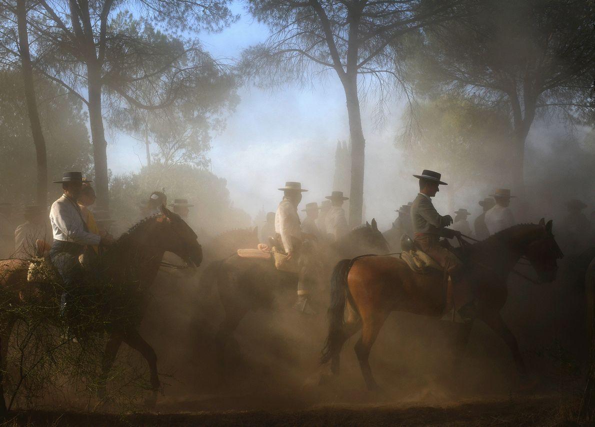 Foto de personas a caballo haciendo una peregrinación religiosa