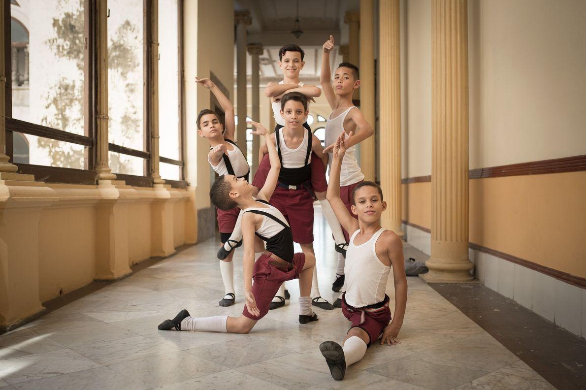 Foto de jóvenes bailarines posando en un pasillo de la escuela en Cuba