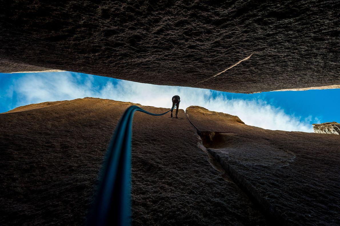 Imagen de un escalador en una pared de roca en el Parque Nacional Joshua Tree