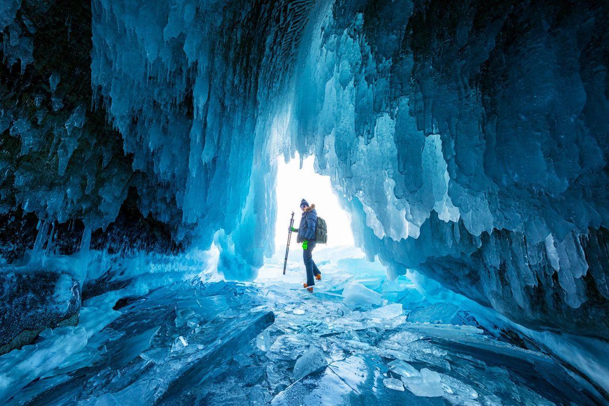 Imagen de un montañista en una cueva