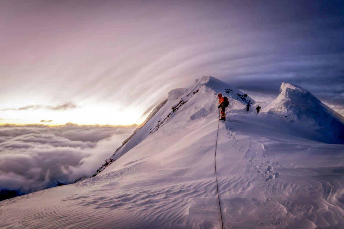 Imagen de escaladores ascendiendo una montaña nevada en la frontera de Kirguistán y China