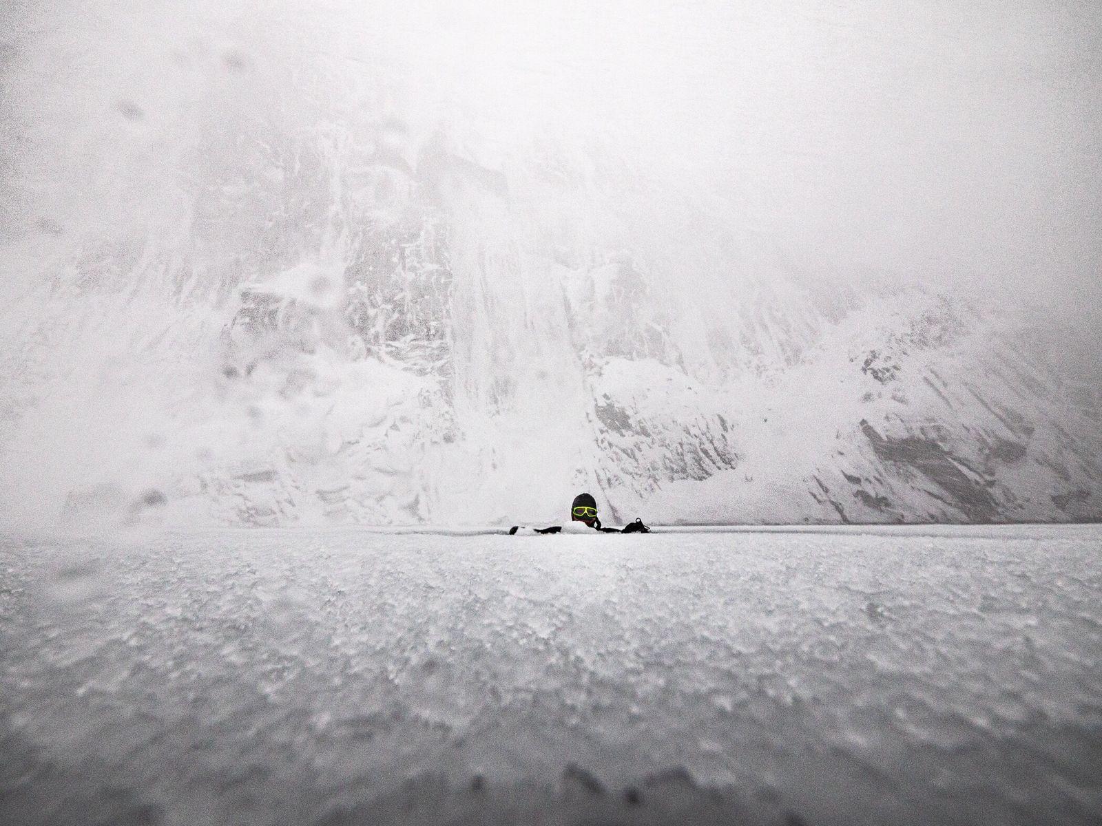 Heide descansa sobre el hielo del fiordo del Troll