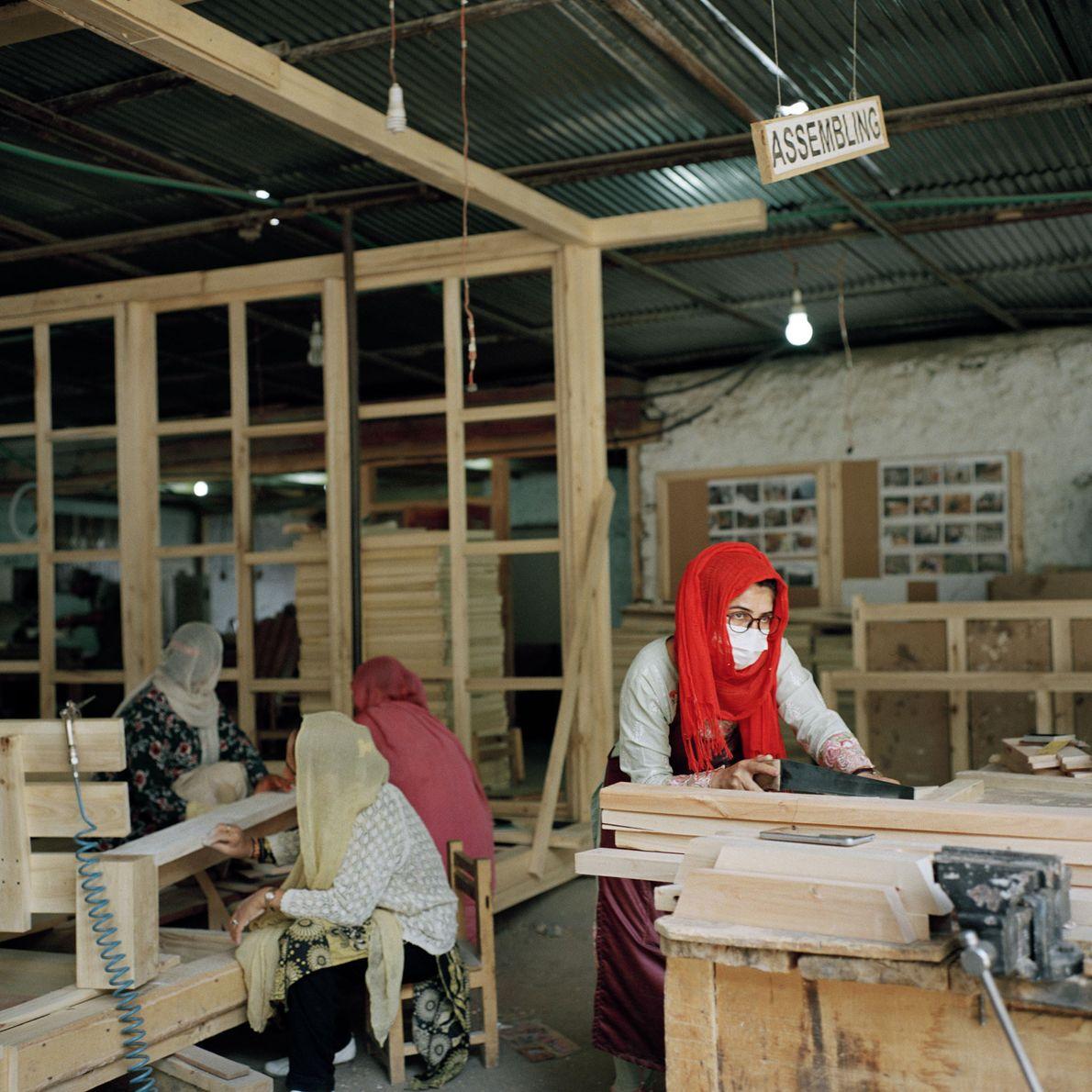 Bibi Farman, una carpintera de 32 años, es una de las 40 mujeres que trabajan en …