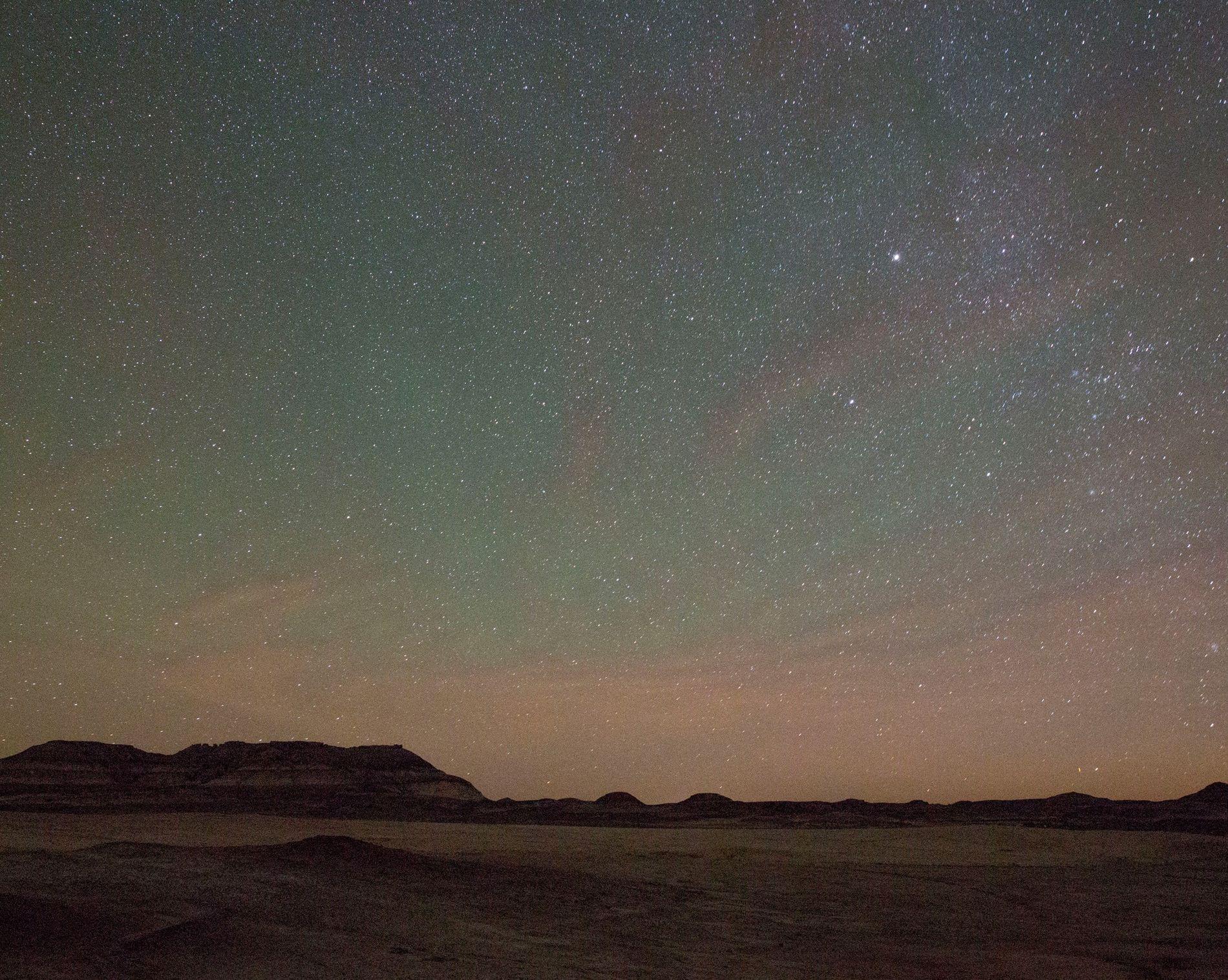 Un paisaje estelar brilla sobre el desierto de Utah cerca de la Mars Desert Research Station ...