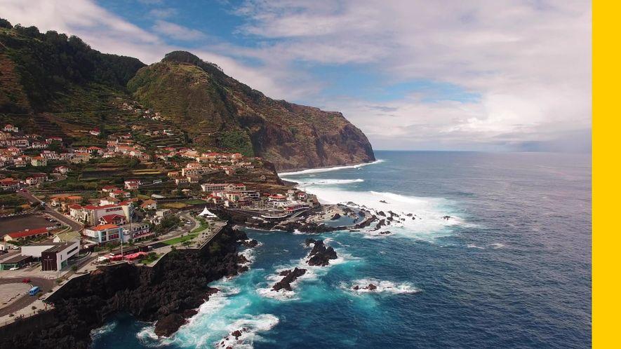 Nada en piscinas naturales de roca volcánica en Porto Moniz, Madeira