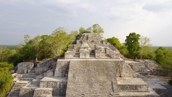 Imágenes de una cueva de sacrificios maya