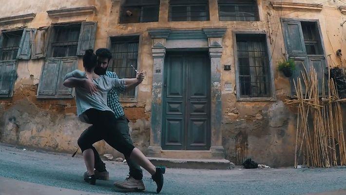Estos jóvenes sirios bailan en la calle para mandar un mensaje