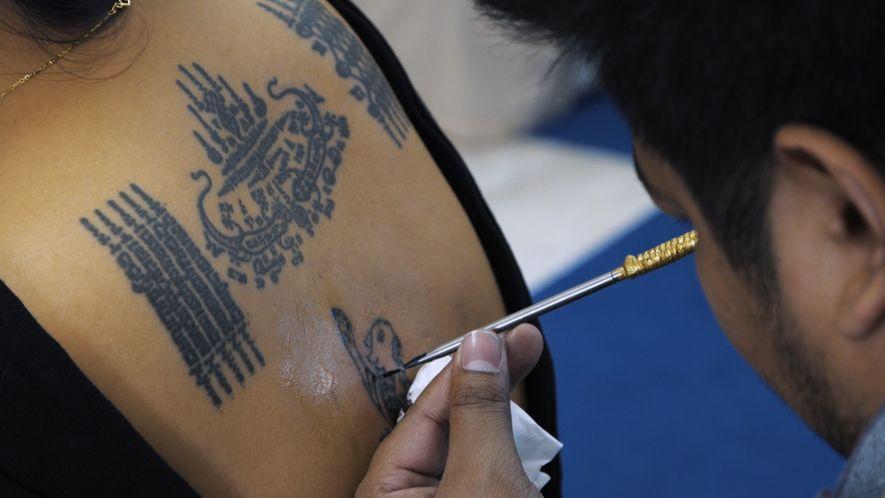 Te presentamos al maestro tailandés de los tatuajes