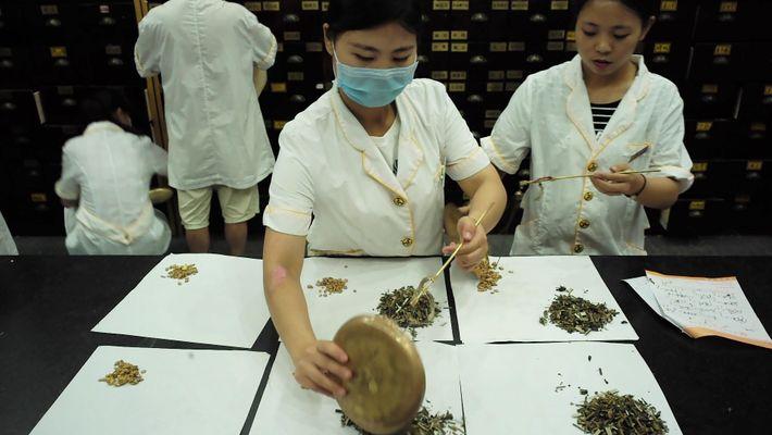 Este time-lapse muestra la elaboración de un remedio de hierbas chino
