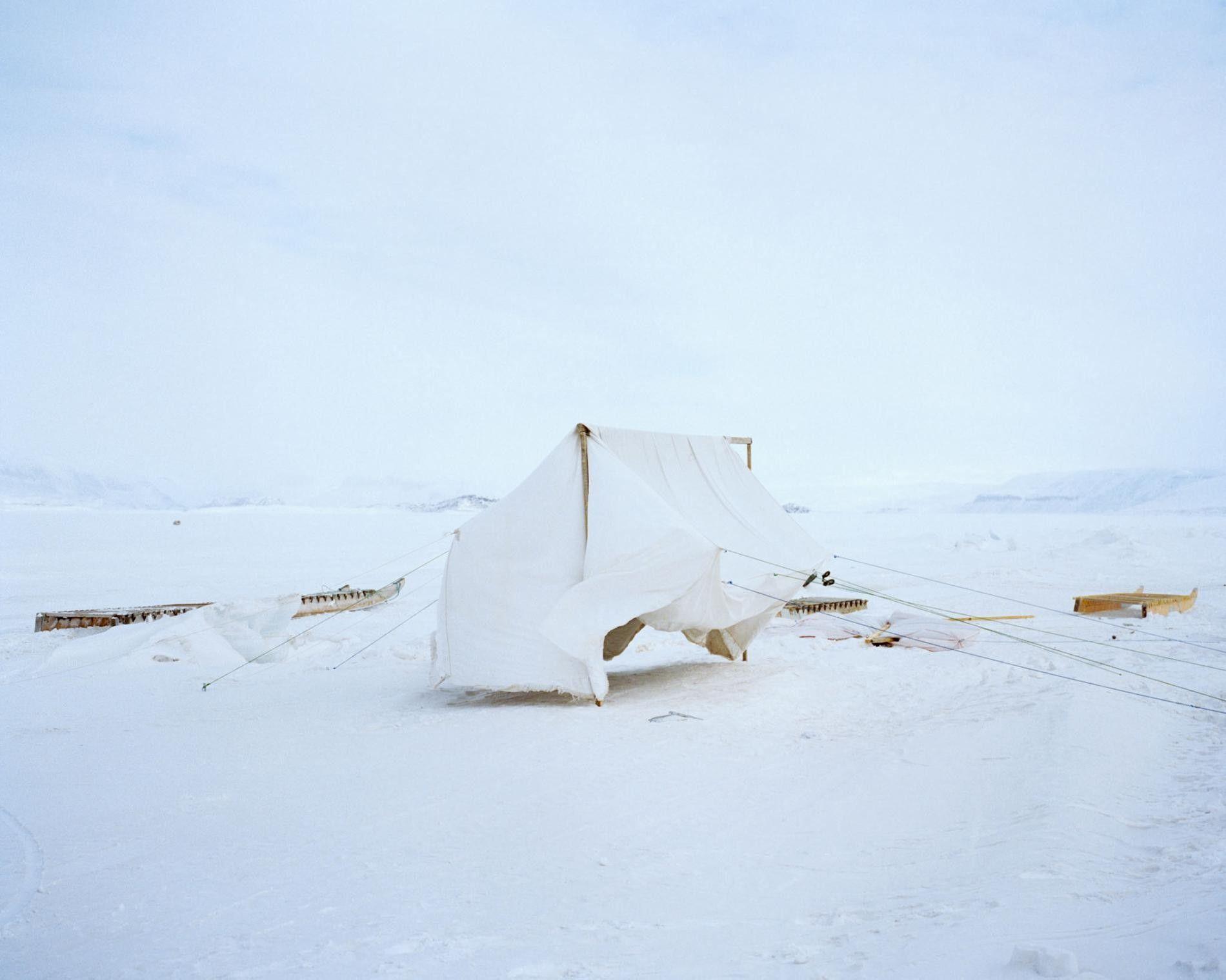 Antes de la acampada, una tienda casera se seca sobre la banquisa en Nunavut.