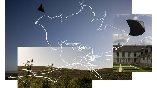 El movimiento. La escultura aeroglífica de realidad aumentada, formada por una trayectoria específica del lugar y ...