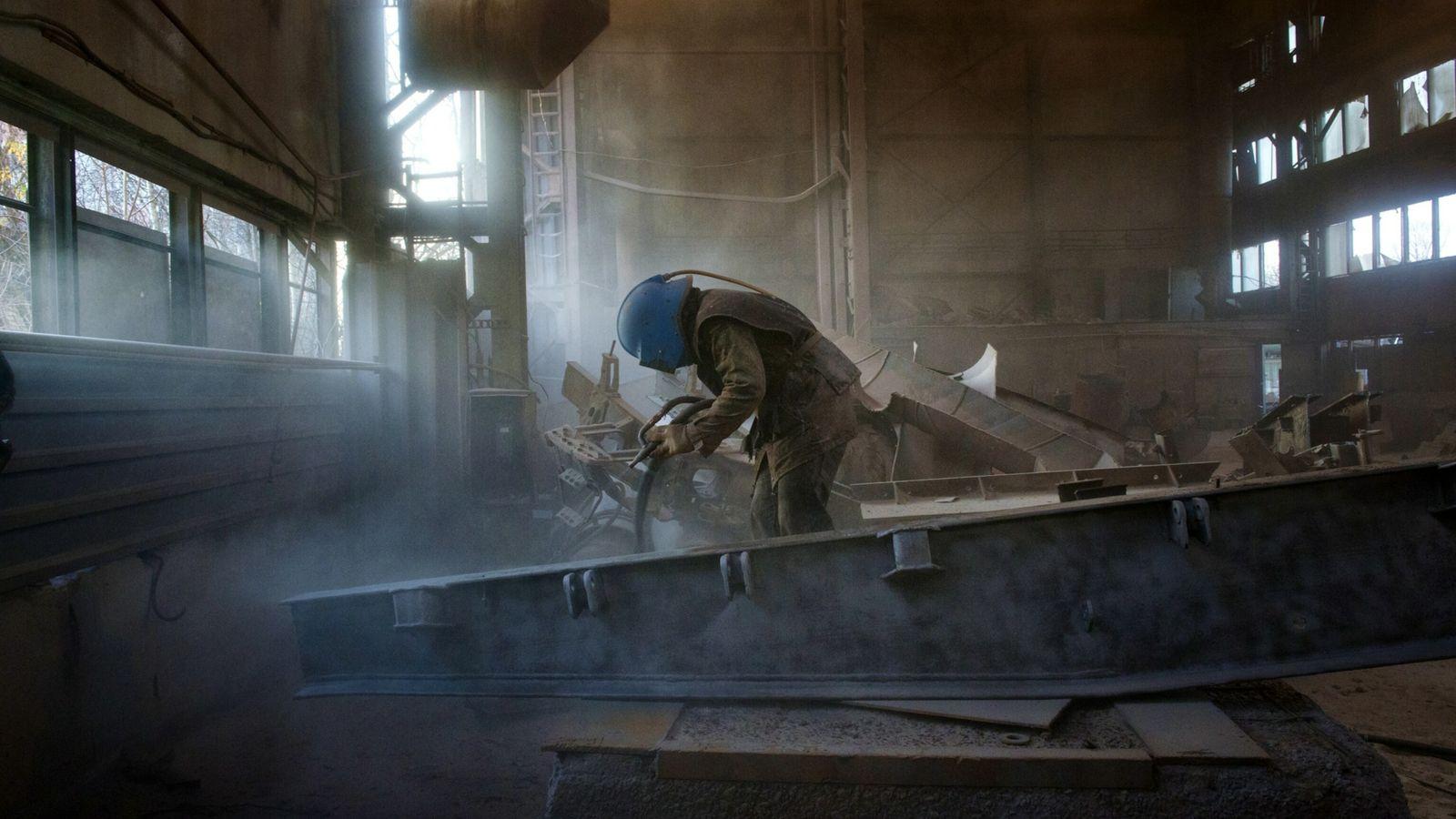 Taller donde se descontamina el metal para su reventa