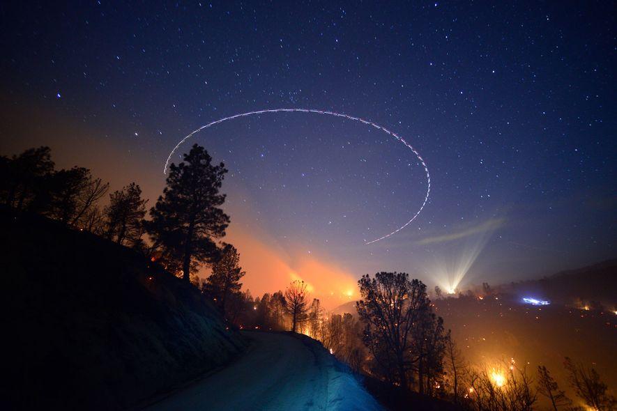 Un avión sobrevuela el incendio de Shirley en el bosque nacional de Sequoia cerca del lago ...