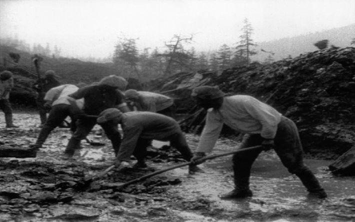Construcción del puente a través del río Kolyma por los mineros del Dalstroy.