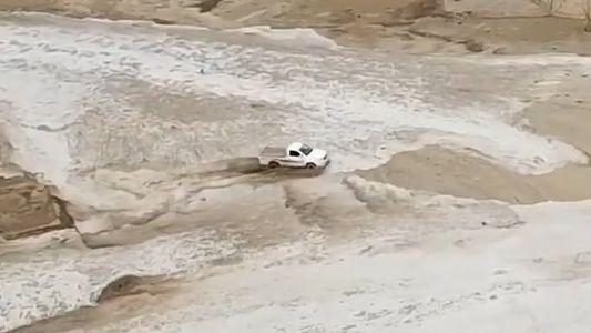 Una camioneta se salva por los pelos de una riada repentina de Arabia Saudí