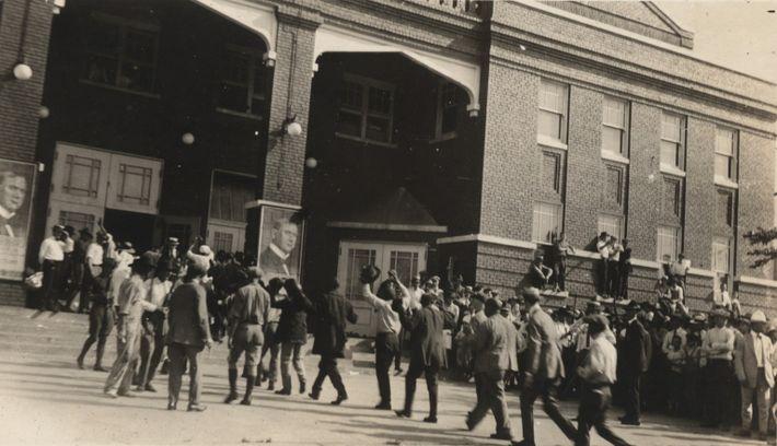 Tulsanos negros son conducidos al Centro de Convenciones de Tulsa