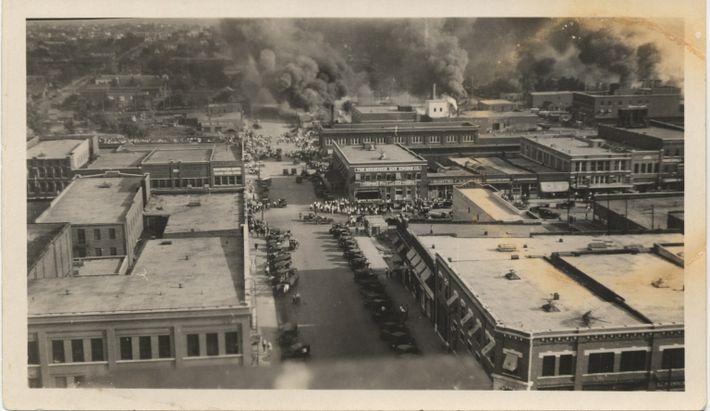 Greenwood arde durante la masacre racial de Tulsa