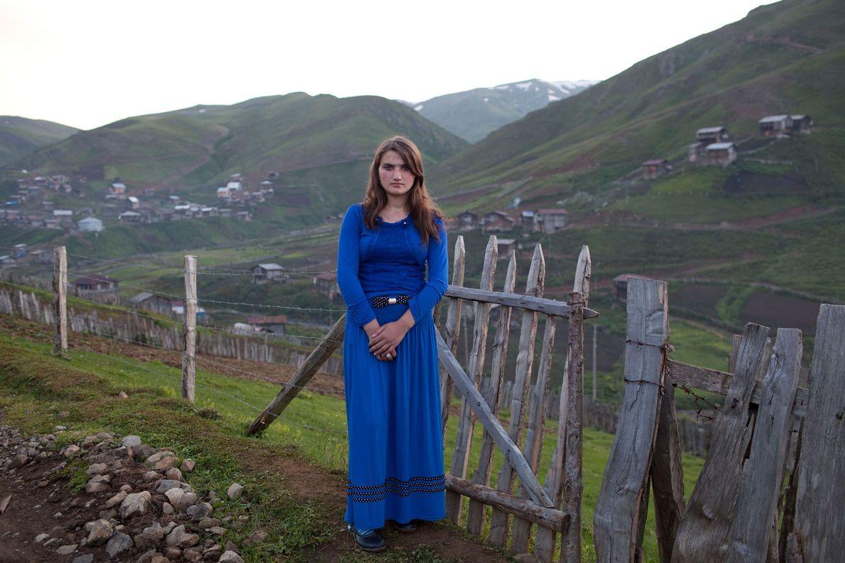 Imagen de una niña de 15 años con un vestido azul
