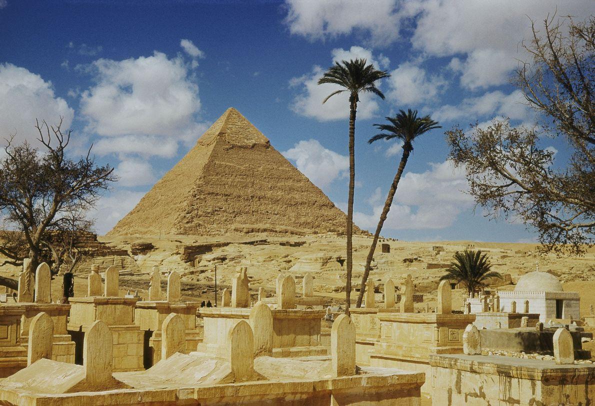 Una de las pirámides vista desde un cementerio árabe.