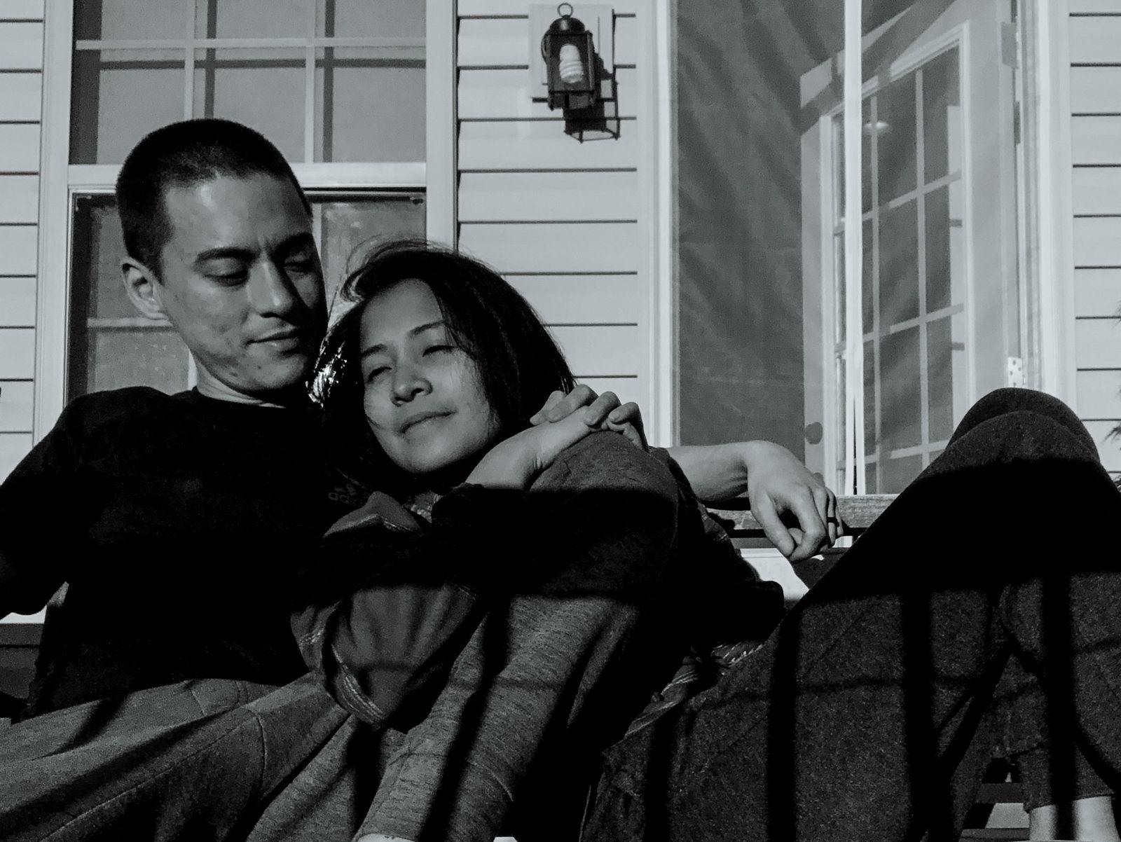 La pareja disfruta del sol