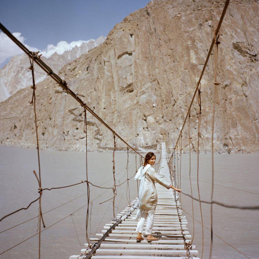 La visitante británica Subeera Hussain camina por un puente colgante cerca de Passu, una localidad en el valle de Hunza del norte de Pakistán. Desearía que más personas conocieran la belleza del país. «Habladles a la gente de Pakistán, el Pakistán real», afirma. «Viajo sola, soy una mujer y nunca me he sentido más segura».