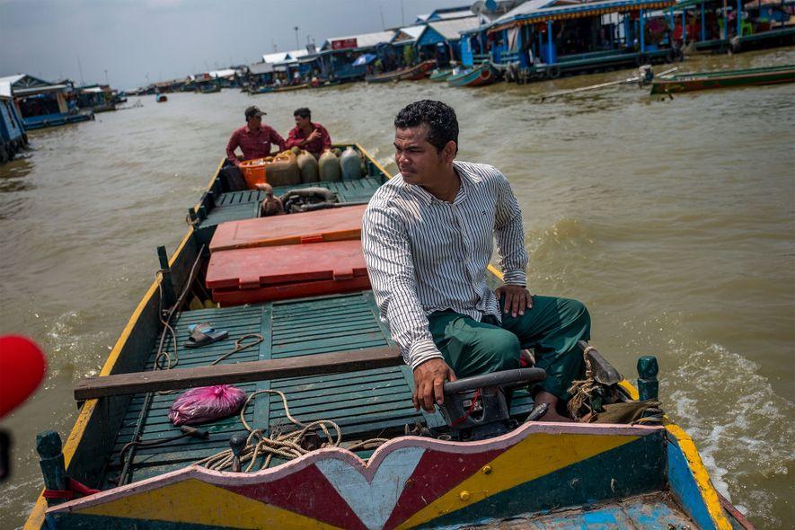 Phan Sok Phoen capturó dos carpas siamesas y unos distribuidores vietnamitas trataron de persuadirle para que vendiera a los peces, lo que habría sido ilegal. Phoen se negó, pero dice que otros pescadores camboyanos han optado por violar la ley y trabajar con los vietnamitas.
