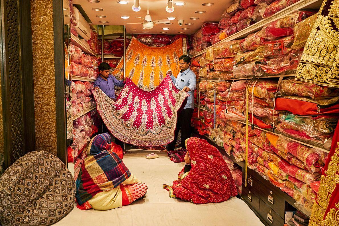 Unas mujeres compran saris