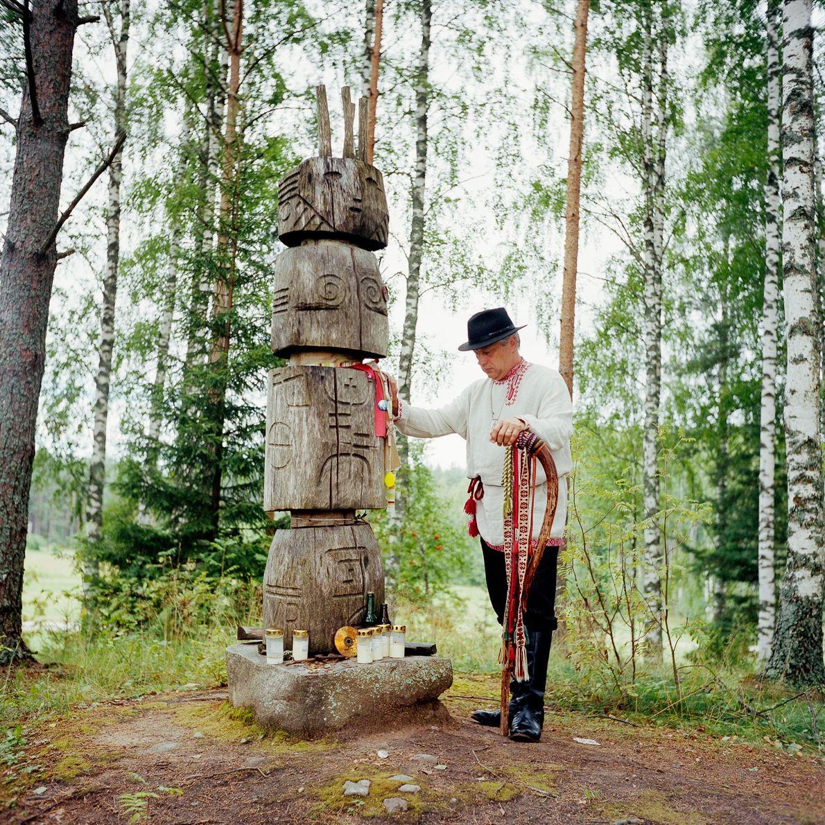 En las colinas con vistas al monasterio de Pechory, en el lado estonio de la frontera, …