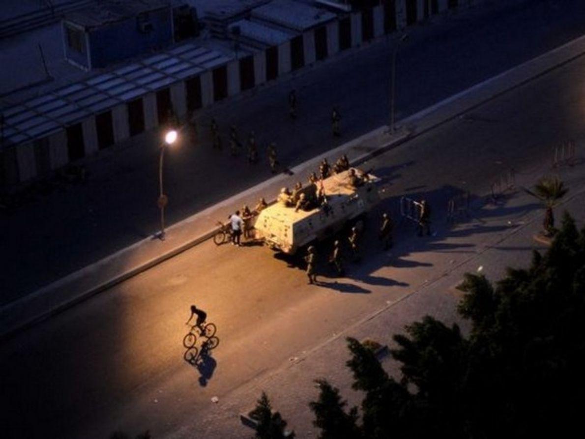 Soldados egipcios estacionados en una calle de El Cairo tras el derrocamiento del presidente egipcio Mohamed Morsi, …