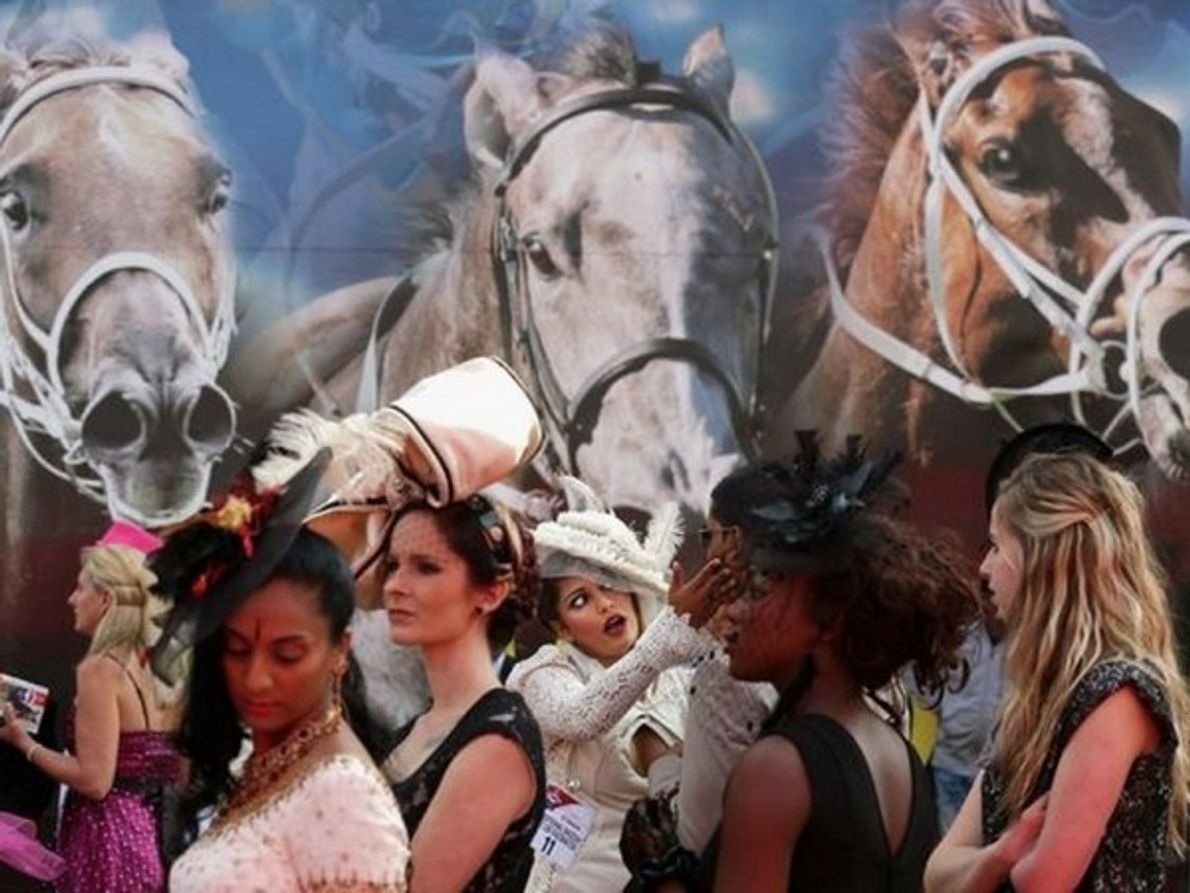 Público femenino hace alarde de sus modas durante las carreras de caballos en Durban el 6 de julio …