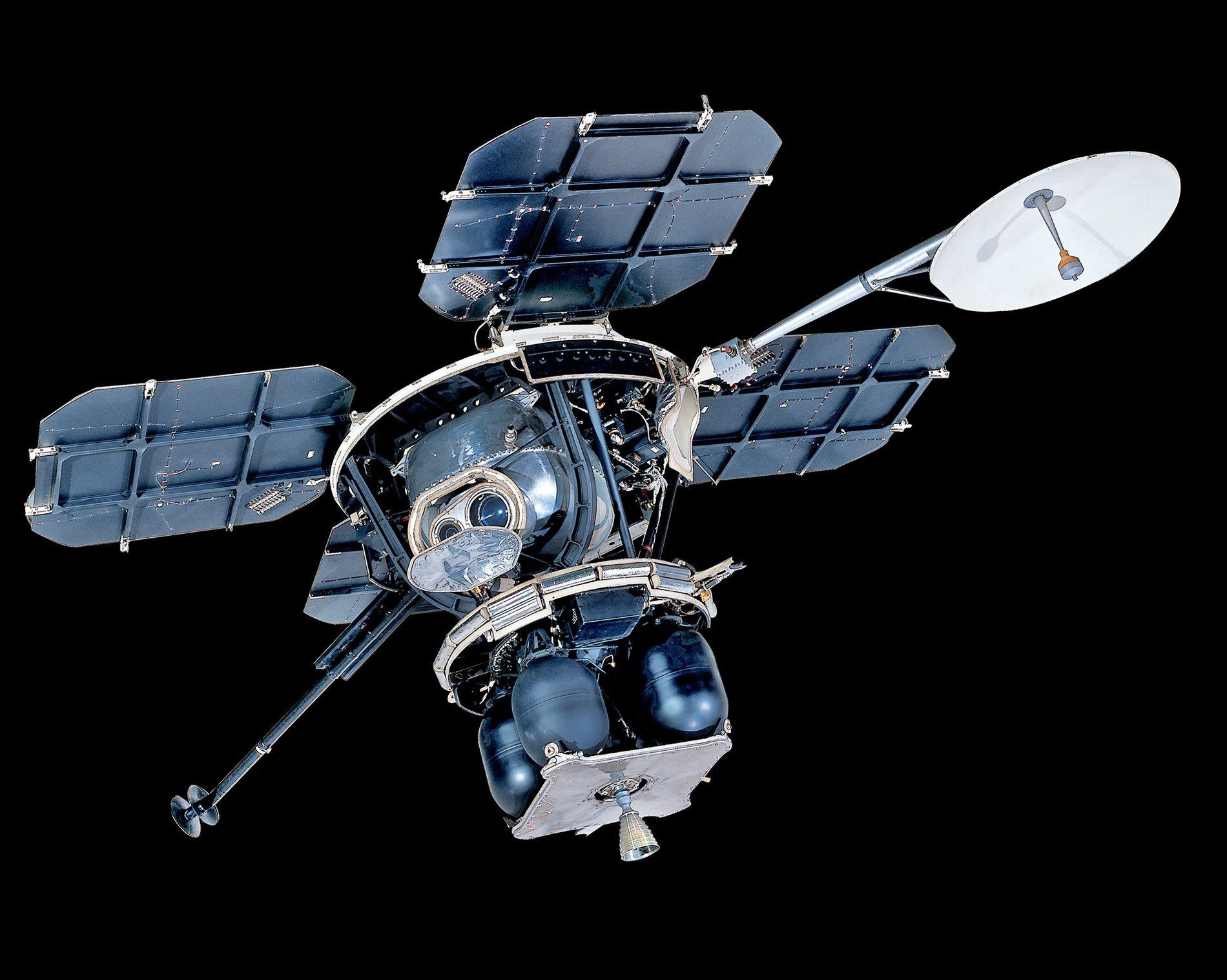 Además de las imágenes de los futuros lugares de aterrizaje de la Apolo, los Lunar Orbiters nos dieron muchas fotografías sobrecogedoras, como características de la cara oculta de la luna o datos sobre la radiación lunar y su entorno de gravedad.