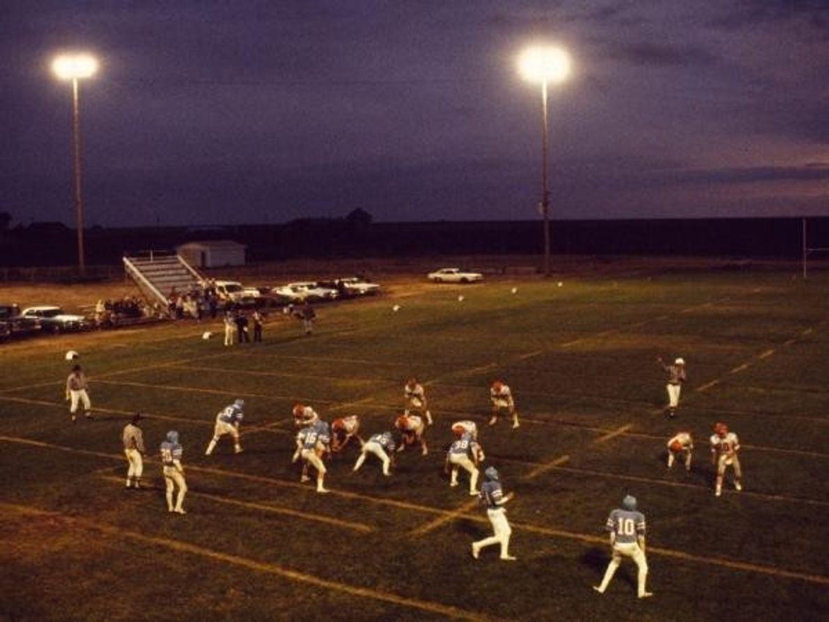 Anochecer cae en un partido de fútbol de la escuela secundaria en Winona, Kansas, en 1985.