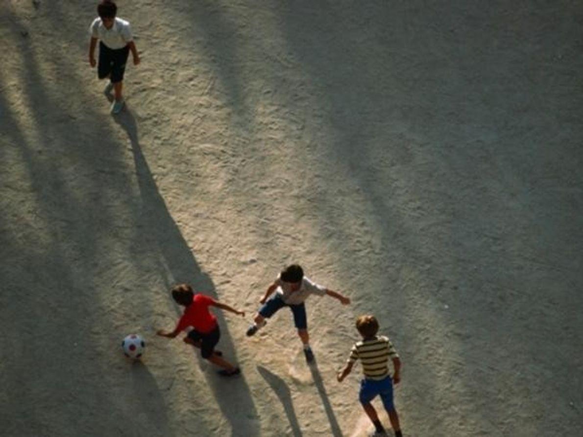 Los niños juegan al fútbol en la Plaza de Colón en Madrid, España.