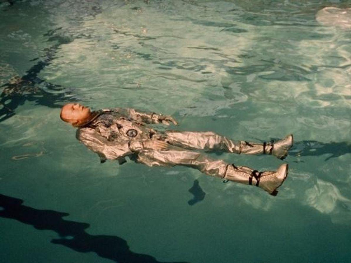 El astronauta Neil Armstrong flota en su traje espacial en una pisicina en 1967.