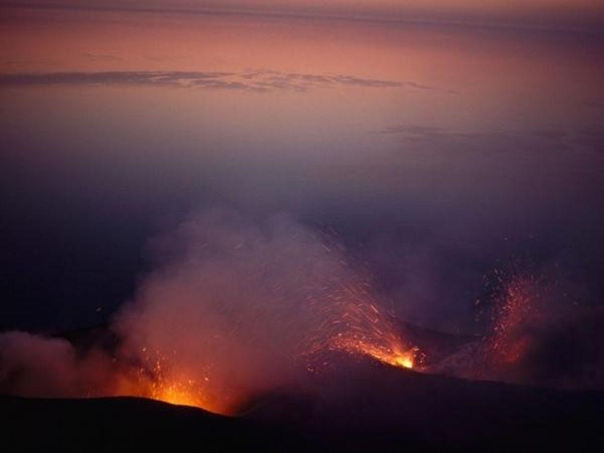 Una vista del volcán en erupción en la isla de Stromboli en Italia, diciembre 1982.