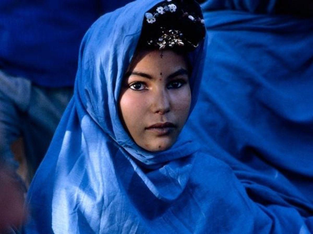 Una mujer nómadas en Argelia con ropas tradicionales, noviembre 1967.