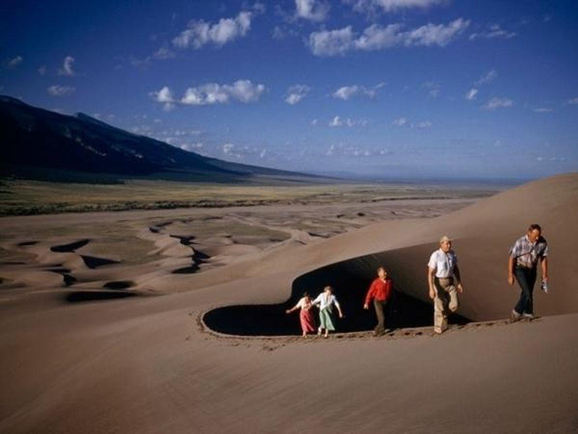 Dunas gigantes esculpidas por el viento constituyen un reto para los excursionistas en el día de ...