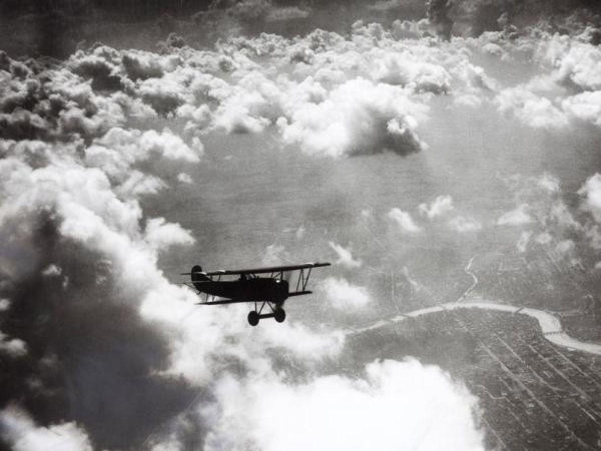 Un avión vuela sobre las nubes en Dayton, Ohio, 07 1924