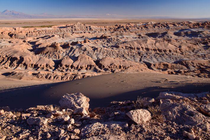 La geología sin igual del Valle de la Luna en Atacama se vuelve aún más dramática ...
