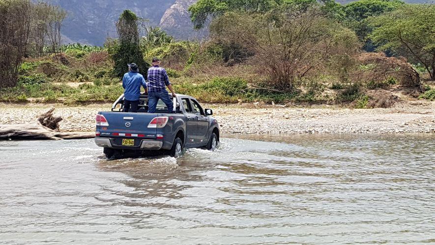 Cruzando en camioneta el río Piura a la búsqueda de su primera plantación de cacao en ...