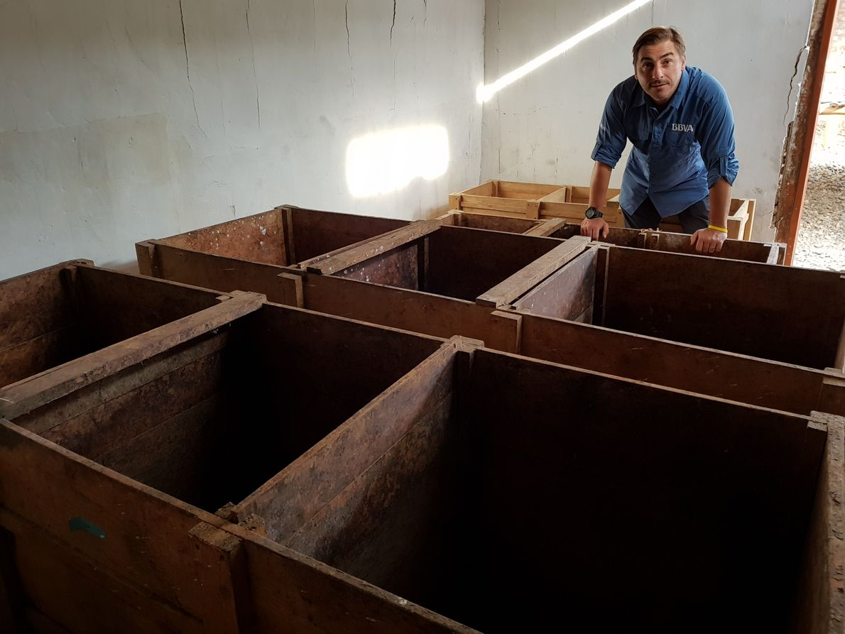 Junto a los cajones donde se fermenta cacao