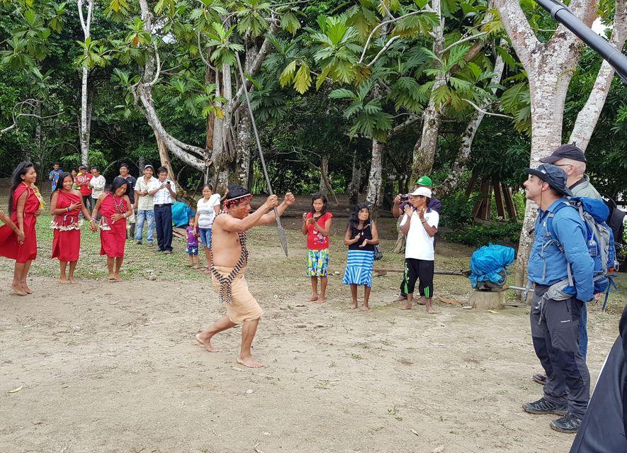 Observando la danza ceremonial de bienvenida en la comunidad indígena de Uut, uno de los poblados ...