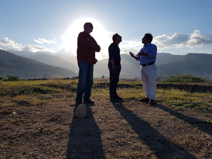 Jordi Roca, junto al periodista Ignacio Medina (izq) y el arqueólogo Quirino Olivera, en el sitio ...