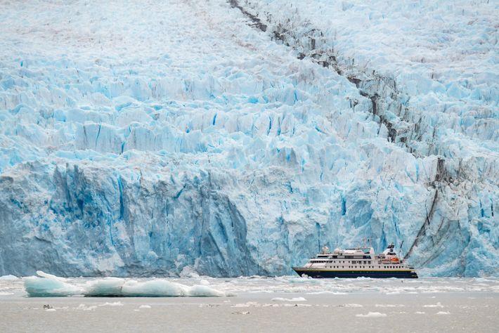 El barco National Geographic Orion parece de juguete en comparación con el inmenso glaciar Garibaldi, situado ...