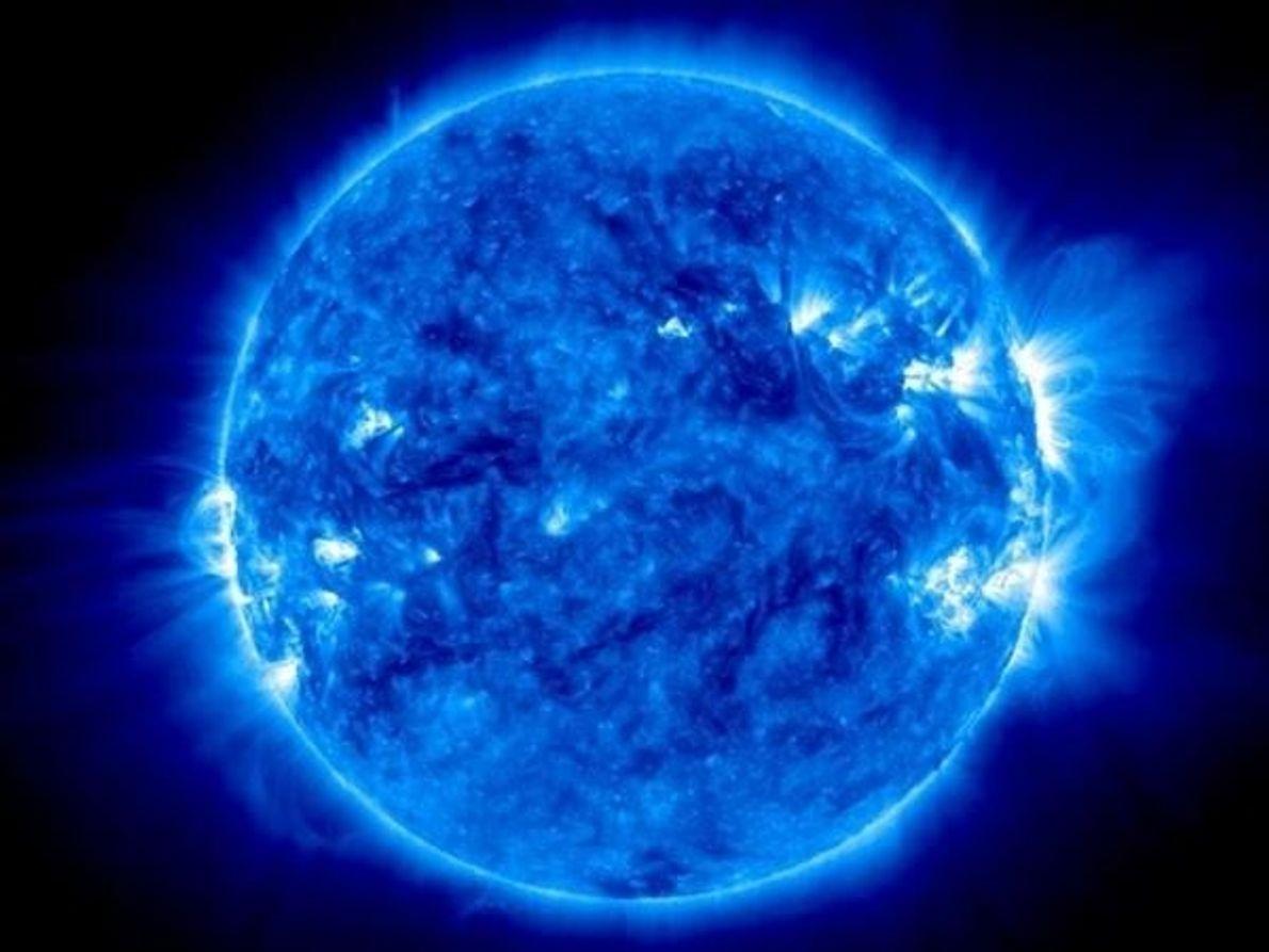 Parecido a una canica azul sobre el fuego, el sol se refleja en esta imagen extrema-ultravioleta-luz dramática por …