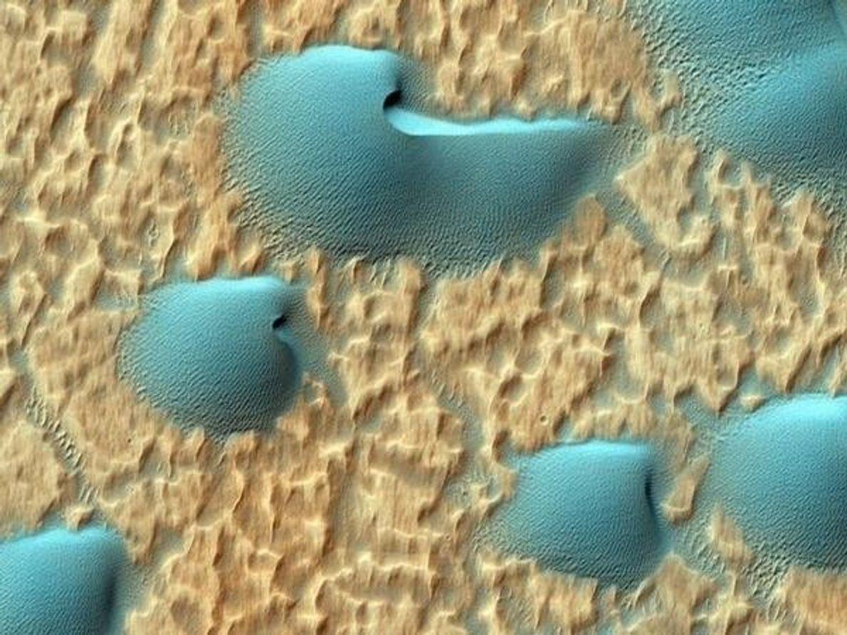 Una vista infrarroja de dunas oscuras en el piso de uno de los cráteres más antiguos en …