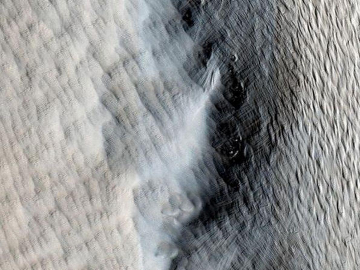 El polvo cubre la lava de un volcán